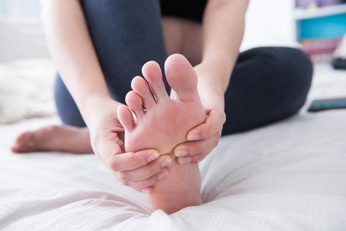 足を持っている女性の画像