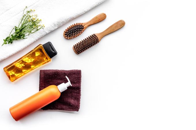タオル、くし、美容液などのヘアケアグッズ