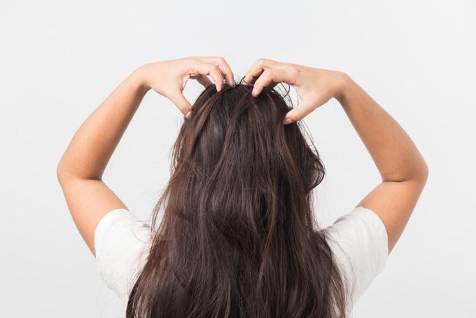頭皮のマッサージをする女性