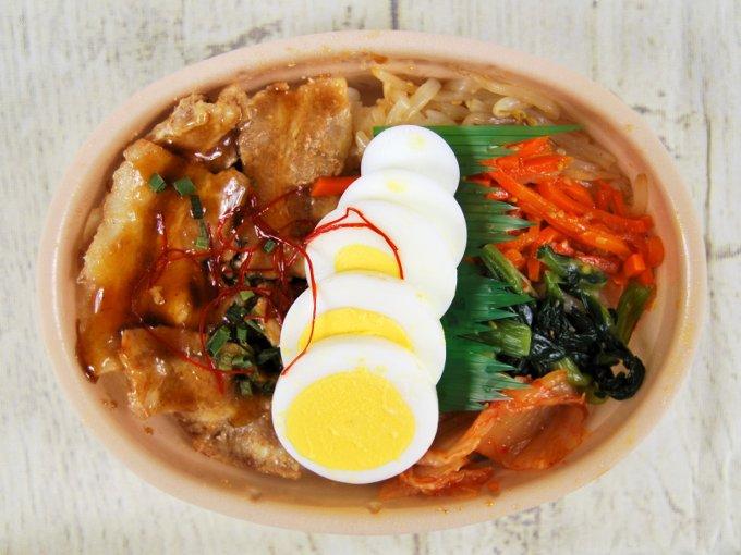 容器のふたを外した「韓国風豚カルビ弁当」の画像