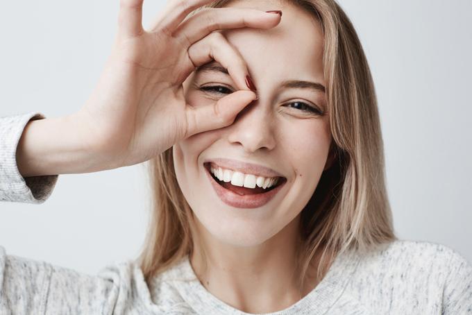 喜びの表情を浮かべる女性の画像