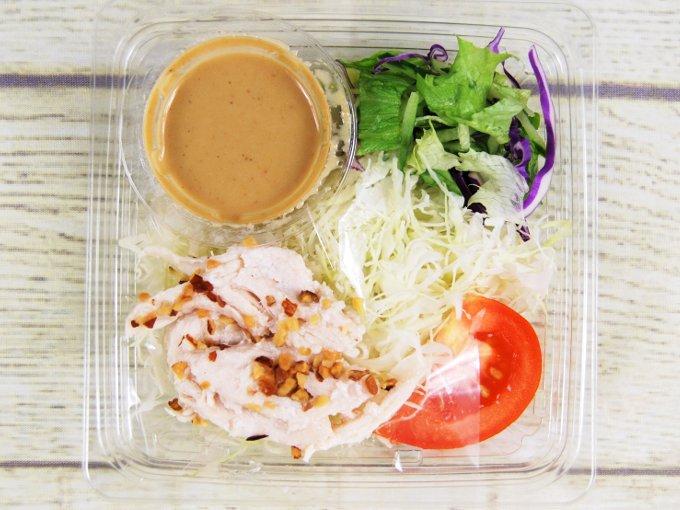 ふたを開けた「サラダチキンのサラダ」の画像
