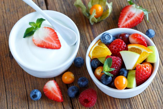 フルーツとヨーグルトの朝食