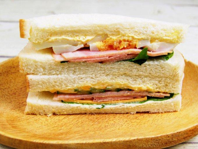 お皿に移した「ファミマプレミアムサンド たまごとハム野菜」の画像