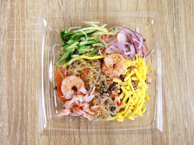 ふたを外した「5種具材の中華風春雨サラダ」の画像