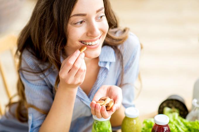 おかしを食べている女性の画像
