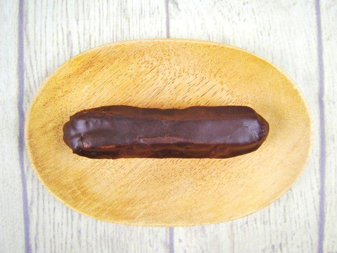 皿にのせた「エクレールショコラ」の画像
