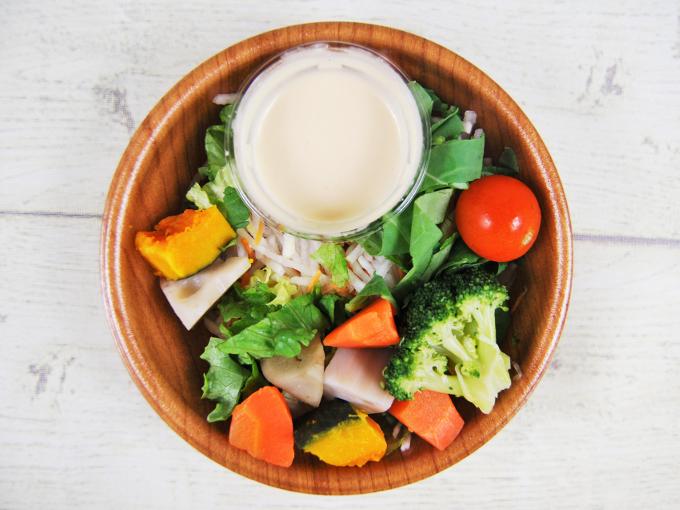 ふたを外した「緑黄色野菜と根菜サラダ」の画像