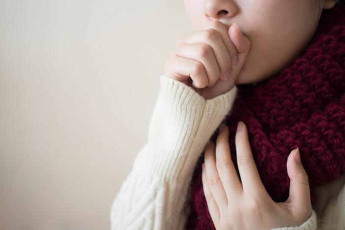 咳が止まらなくてつらい女性