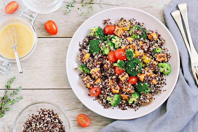 色々な種類の雑穀と野菜のサラサの画像