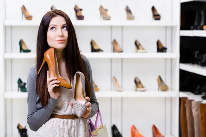 靴を選ぶ女性の画像