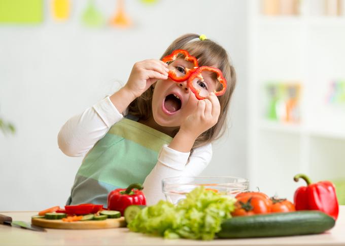 かわいく野菜をカットして喜ぶ女の子