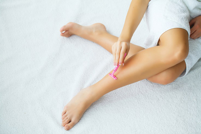 脚のムダ毛処理をする女性