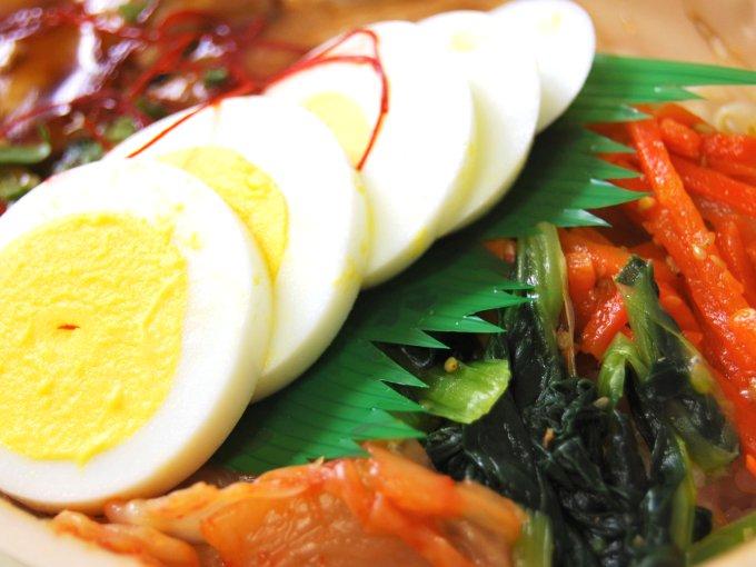 容器のふたを外した「韓国風豚カルビ弁当」のアップ画像