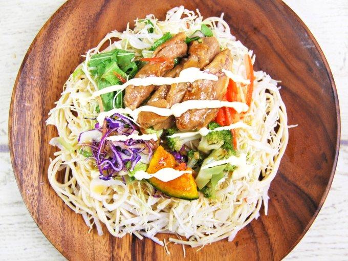 お皿に移した「1食分の野菜が摂れる! ブランパスタサラダ」の画像