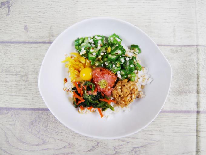 お皿に盛りつけた「まぐろたたきとオクラのネバネバご飯」の画像