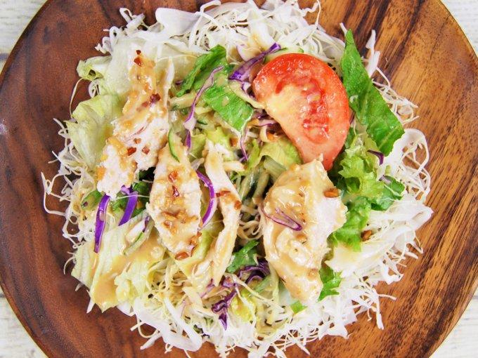 お皿に移した「サラダチキンのサラダ」の画像