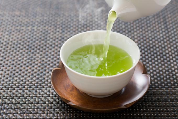 緑茶をいれているところ