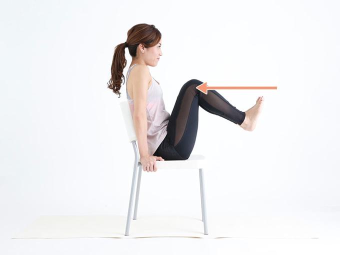 両ひざをゆっくり体に近づける