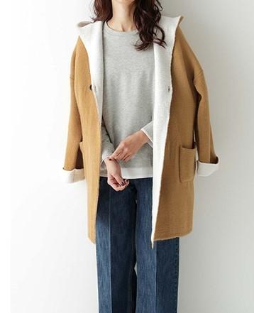 キャメルのコートを着た女性