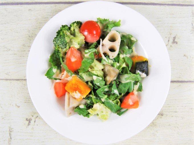 お皿に移した「緑黄色野菜と根菜サラダ」のアップ画像