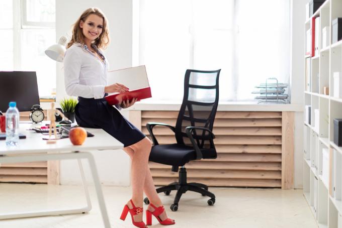 オフィスでデスクに座る女性