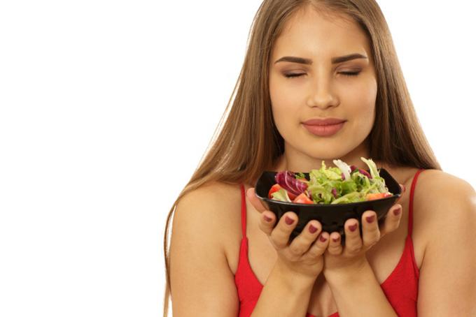食べ物のにおいを感じている女性