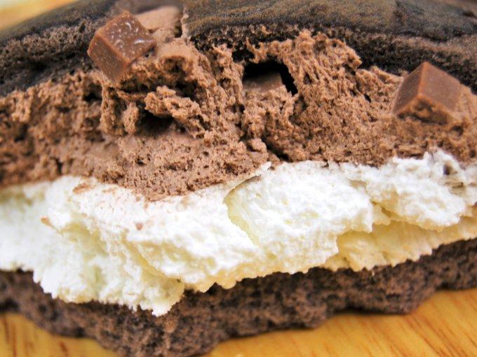 皿にのせた「ダブルクリームサンド(生チョコクリーム&ホイップ)」のアップ画像
