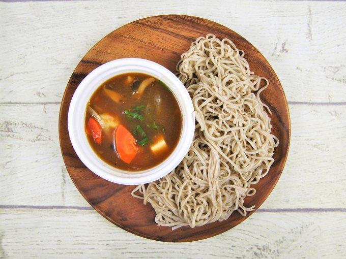 お皿に移した「あったかつゆで食べるけんちんつけ蕎麦」のアップ画像