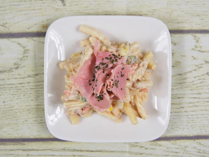 お皿に移した「ハムツナマカロニサラダ」のアップ画像