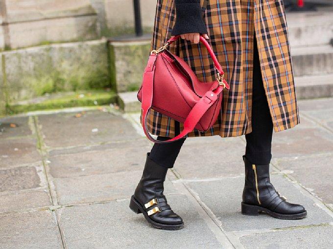 チェックのワンピースを着る女性の足元