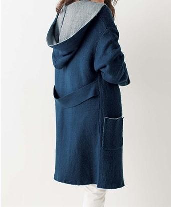 ネイビーのコートを着た女性