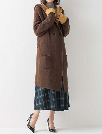 ブラウンのコートを着た女性
