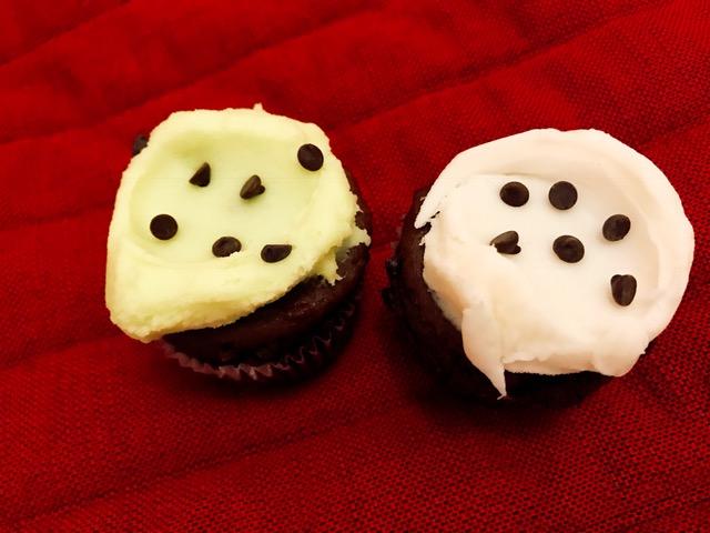 テイクアウトしたミントチョコとバナナチョコのカップケーキ(1個約5ドル)