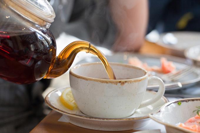紅茶を入れている写真