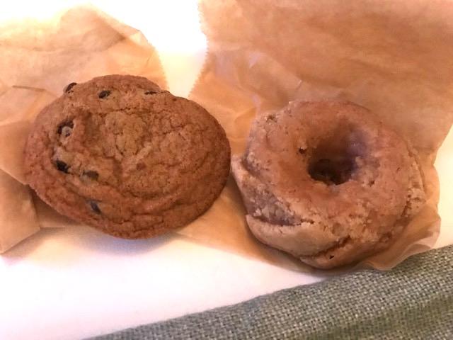 購入した絶品のチョコチップクッキーとアップルシナモンケーキ