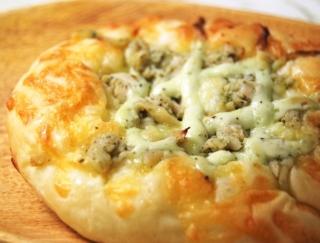 あの低カロリー食品を使った総菜パンが登場!ファミマの「サラダチキンピザ」が大好評
