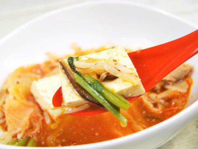 スプーンですくった「味噌仕立ての豚キムチ鍋」の画像