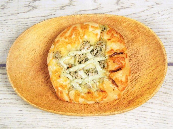 お皿に乗せた「サラダチキンピザ」の画像