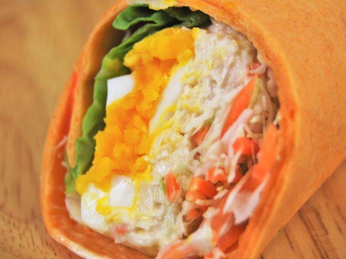 お皿に移した「ラップスティック 半熟たまごとサラダチキン」のアップ画像