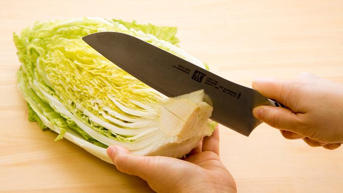 白菜の芯を取っている写真
