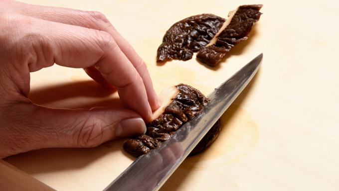 干し椎茸は水で戻してそぎ切りにする。