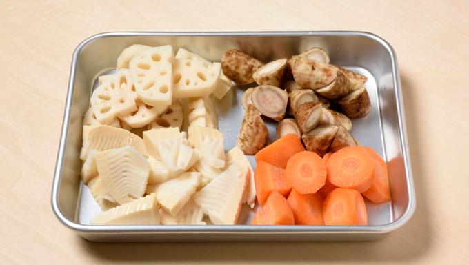 そのほかの野菜は食べやすく一口大に切る。