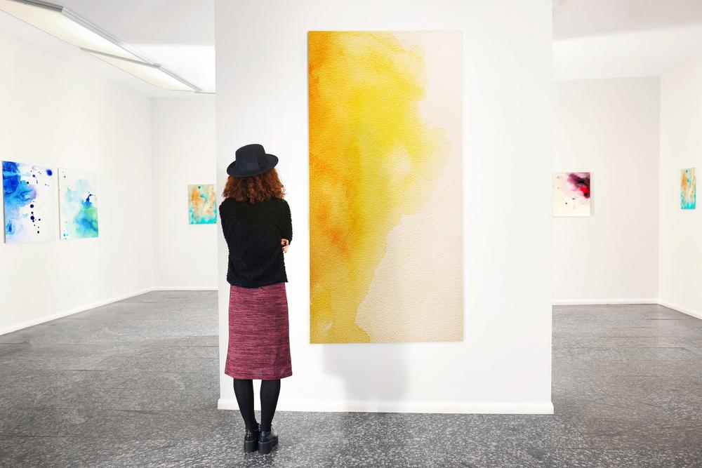 絵画鑑賞する女性