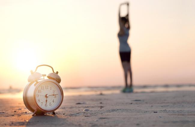 体内時計が朝の強い光をキャッチすると、そこからおよそ14時間後に眠りのホルモンの分泌がはじまります。 「眠る時間なのになかなか寝つけない……という方は、眠りたい時間から逆算して、その時間にしっかり光を浴びて体を動かすようにしましょう。運動をすると、夜眠るときにメラトニンという夜に出てくるホルモンの分泌が盛んになります。また、運動をすると脳の細胞の中にカルシウムが入ってきて、脳がしっかり休まるという研究結果もあります。カルシウムは運動したときや頭を使ったとき、たくさん考えたときに入ってきますので、日中を活発に過ごすことが夜の眠りの質を高めてくれるでしょう」