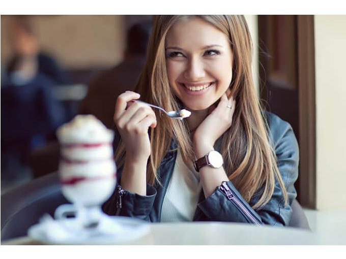 デザートを食べようとする女性