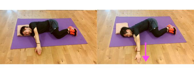 <左>伊藤さんが横向きに寝て、腕をしっかり伸ばし、両腕を重ねている画像 <右>伊藤さんが横向きに寝て、上の腕だけをすーっと前にすべらせている画像