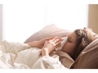 風邪でベッドに横たわる女性
