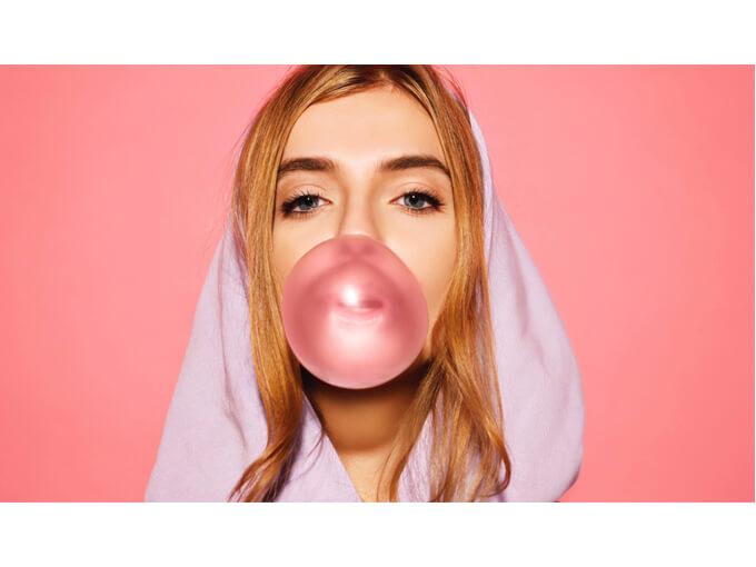 風船ガムを膨らませている女性の画像