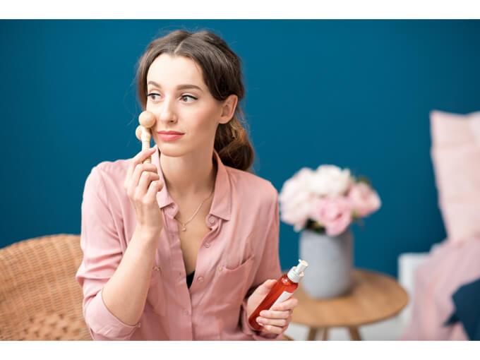 美顔ローラーを使っている女性の画像